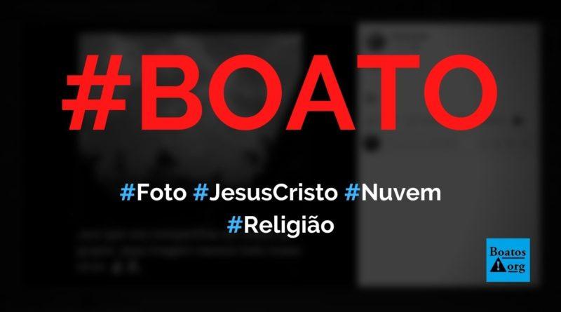 Foto mostra rosto de Jesus em nuvem e deve ser compartilhada em todos os grupos, diz boato (Foto: Reprodução/Facebook)